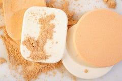 Spugne cosmetiche su bianco Fotografia Stock