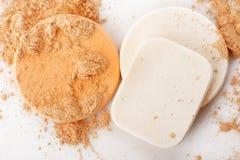 Spugne del cosmetico e della polvere Fotografia Stock Libera da Diritti