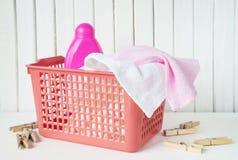 Spugne e detersivo nel canestro di lavanderia immagine stock libera da diritti