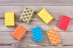 Spugne multicolori della cucina, fondo di legno Fotografia Stock