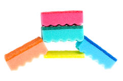 Spugne multicolori di gomma espansa per lavare i piatti isolati su fondo bianco immagine stock