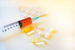 Spuit die Rood Vloeibaar Bloed naast Pillen en Blaar bevatten Stock Fotografie