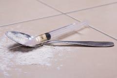 Spuit met drugsubstantie, heroïnepoeder en lepel Stock Fotografie