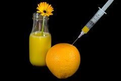 Spuit in sinaasappel met sap Royalty-vrije Stock Foto