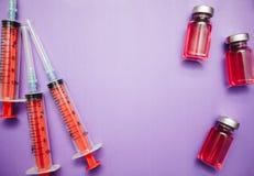 Spuiten en ampullen van geneeskunde hoogste mening Stock Afbeelding