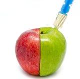Spuitinjectie in een appel Stock Foto's