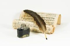 Spule, das Tintenfaß und die Rolle mit musikalischer Anmerkung Lizenzfreies Stockbild