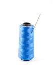 Spule des blauen Fadens und der Nadel Stockbild