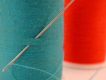 Spule des blauen Gewindes mit Nadel Stockbild