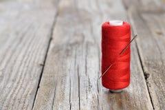 Spule des Threads und der Nadel Stockbild