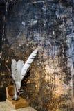 Spule und Tintenfaß auf Schmutzhintergrund Stockfotos