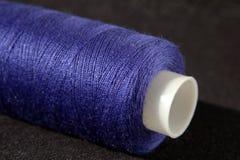 Spule von blauen Threads lizenzfreie stockfotos