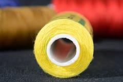 Spule von gelben Threads stockbilder