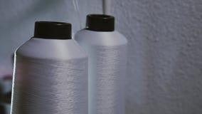 Spule zwei in arbeitender Nähmaschine Weißer Thread stock video