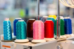 Spulen der Farbe verlegt die Nahaufnahme und näht Material stockfotografie