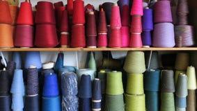 Spulen der multi farbigen Wolle lizenzfreies stockbild