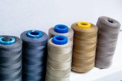 Spulen des farbigen Fadens in der Werkstatt lizenzfreie stockfotos