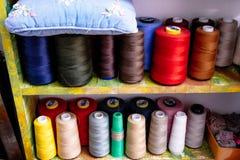 Spulen des farbigen Fadens in der Werkstatt lizenzfreie stockbilder