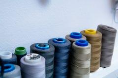 Spulen des farbigen Fadens in der Werkstatt lizenzfreie stockfotografie
