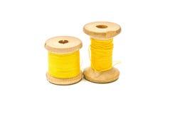 Spulen des gelben Threads auf Weiß Stockfoto