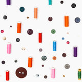 Spulen des Threads und der verschiedenen Knöpfe auf Weiß stockfotografie