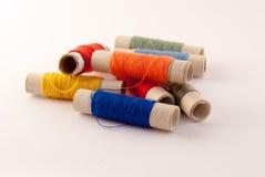 Spulen mit mehrfarbigen Threads Lizenzfreies Stockbild