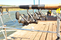 Spulen mit Stangen bei der Fischerei. Lizenzfreies Stockfoto