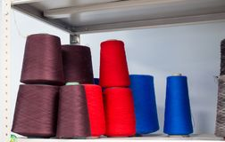 Spulenfäden benutzt in der Textilindustrie Stockbilder