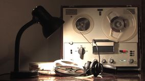 SpulenTonbandgerät, spinnende Spule, zapfend durch Nachrichtendienste 3 Leitungen an stock video