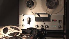 SpulenTonbandgerät, spinnende Spule, zapfend durch Nachrichtendienste Leitungen an stock video footage