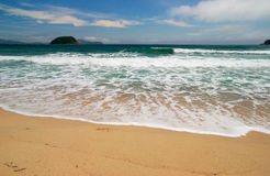 Spuma al litorale solare. Fotografie Stock