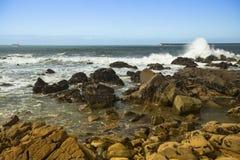 Spuma alla costa rocciosa l'Oceano Atlantico dell'oceano Fotografie Stock Libere da Diritti