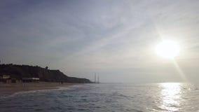 Spuma alla linea costiera della spiaggia di sabbia mediterrian archivi video