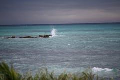 Spuma che spruzza sulla spiaggia giamaicana delle rocce Fotografia Stock Libera da Diritti