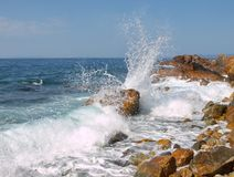 Spuma del mare le spaccature ondeggia contro le rocce nel mare Fotografia Stock Libera da Diritti