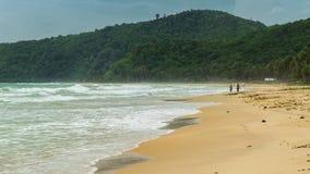 Spuma del mare su una spiaggia in EL Nido Isola di Palawan, Filippine video d archivio