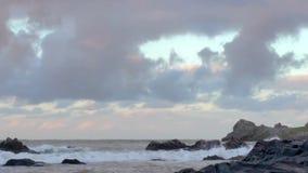 Spuma del mare sulle rocce stock footage
