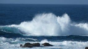 Spuma dell'Oceano Atlantico su una spiaggia in Cornovaglia Regno Unito Immagine Stock