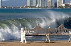 Spuma dell'oceano che tagliato sul puntello fotografia stock