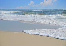Spuma dell'oceano e cielo grazioso Immagine Stock
