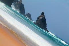 Spuma dell'oceano su Rocky Shore Immagini Stock