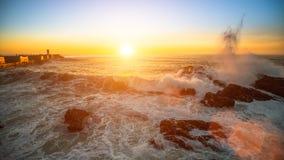 Spuma dell'oceano su una spiaggia durante il tramonto stupefacente nave Fotografia Stock