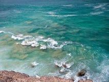 Spuma dell'oceano sul puntello roccioso Immagine Stock