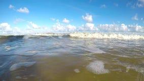Spuma della macchina fotografica del Mar Baltico nella spuma archivi video