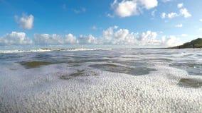 Spuma della macchina fotografica del Mar Baltico nella spuma stock footage