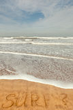Spuma di parola singola scritta sulla sabbia Fotografie Stock Libere da Diritti