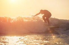 Spuma di pratica del giovane surfista in Manhattan Beach, California Fotografia Stock