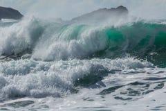 Spuma di schianto, spiaggia di Fistral, Cornovaglia fotografia stock