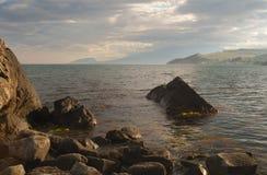 Spuma di sera sulla costa del sud della Crimea Fotografie Stock Libere da Diritti