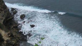 Spuma e linea costiera vedute dall'alta scogliera Fotografie Stock Libere da Diritti